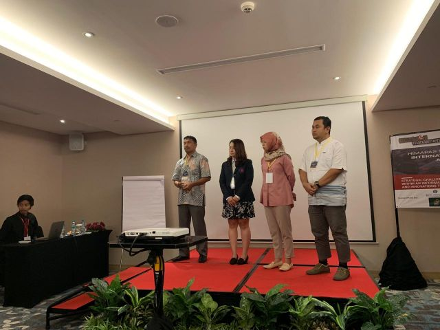 Sesi tanya jawab antara presenter dengan reviewer R. Crypton
